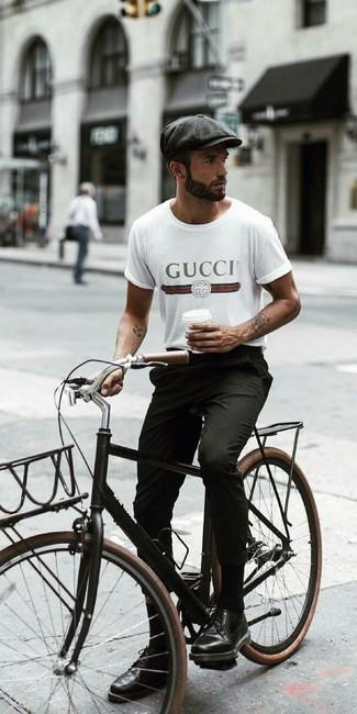 Comment porter: t-shirt à col rond imprimé blanc, pantalon chino noir, chaussures brogues en cuir noires, casquette plate gris foncé