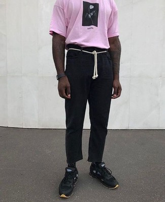 Comment porter: t-shirt à col rond imprimé rose, pantalon chino en lin noir, chaussures de sport noires, montre en caoutchouc noire