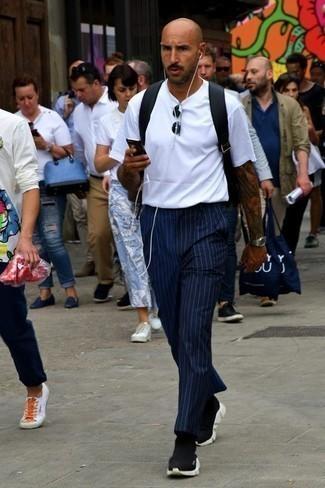 Comment porter un sac à dos en toile noir: Pense à associer un t-shirt à col rond blanc avec un sac à dos en toile noir pour un look confortable et décontracté. Une paire de des chaussures de sport noires et blanches ajoutera de l'élégance à un look simple.