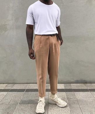 Comment porter des chaussettes beiges: Associe un t-shirt à col rond blanc avec des chaussettes beiges pour un look idéal le week-end. Fais d'une paire de des chaussures de sport beiges ton choix de souliers pour afficher ton expertise vestimentaire.