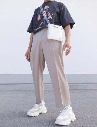Comment porter un pantalon chino beige: Associe un t-shirt à col rond imprimé bleu marine avec un pantalon chino beige pour affronter sans effort les défis que la journée te réserve. Jouez la carte décontractée pour les chaussures et opte pour une paire de chaussures de sport blanches.