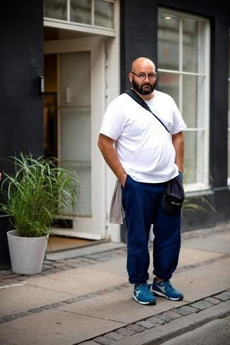 Comment porter un t-shirt à col rond blanc: Pour créer une tenue idéale pour un déjeuner entre amis le week-end, associe un t-shirt à col rond blanc avec un pantalon chino bleu marine. Si tu veux éviter un look trop formel, opte pour une paire de chaussures de sport bleues.