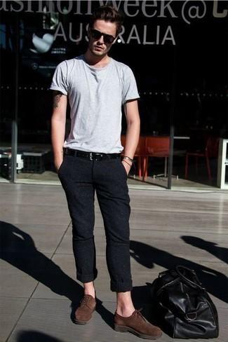 Comment porter un fourre-tout en cuir noir: Harmonise un t-shirt à col rond gris avec un fourre-tout en cuir noir pour une tenue idéale le week-end. Fais d'une paire de des chaussures derby en daim marron ton choix de souliers pour afficher ton expertise vestimentaire.