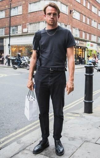 Comment porter un t-shirt à col rond gris foncé: Choisis un t-shirt à col rond gris foncé et un pantalon chino noir pour une tenue idéale le week-end. Habille ta tenue avec une paire de des chaussures derby en cuir noires.