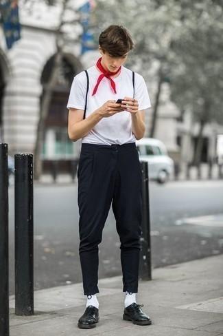 Tendances mode hommes: Pour une tenue de tous les jours pleine de caractère et de personnalité pense à porter un t-shirt à col rond blanc et un pantalon chino noir. D'une humeur audacieuse? Complète ta tenue avec une paire de des chaussures derby en cuir vert foncé.