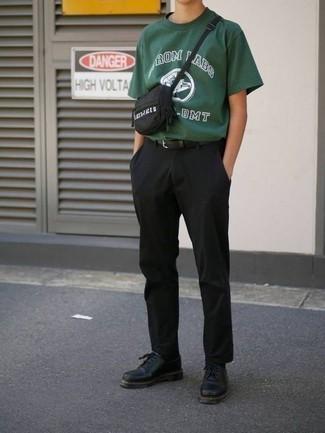 Comment porter une ceinture en cuir noire: Pour une tenue aussi confortable que ton canapé, pense à opter pour un t-shirt à col rond imprimé vert foncé et une ceinture en cuir noire. Rehausse cet ensemble avec une paire de des chaussures derby en cuir noires.