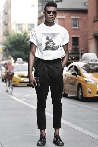 Comment porter des chaussures richelieu en cuir noires quand il fait très chaud: Harmonise un t-shirt à col rond imprimé blanc et noir avec un pantalon chino noir pour un déjeuner le dimanche entre amis. Apportez une touche d'élégance à votre tenue avec une paire de des chaussures richelieu en cuir noires.