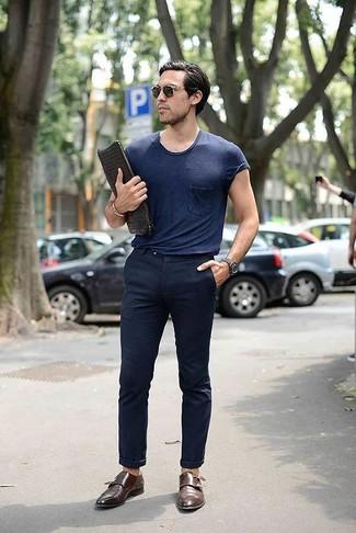 Comment porter: t-shirt à col rond bleu marine, pantalon chino bleu marine, double monks en cuir marron, pochette en cuir tressée noire