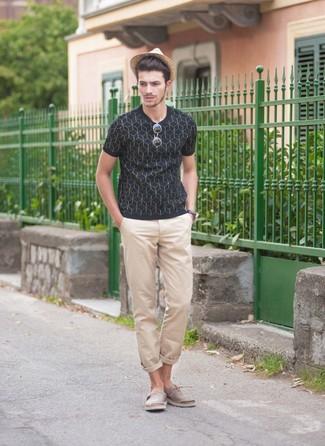 Comment porter: t-shirt à col rond imprimé bleu marine, pantalon chino beige, espadrilles en toile grises, chapeau de paille marron clair