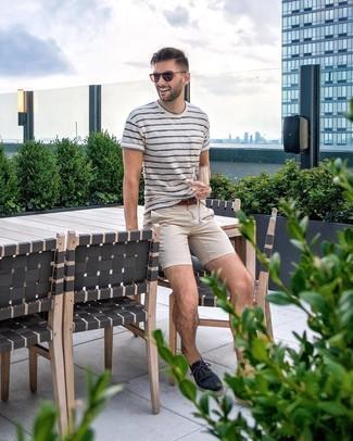 Comment porter: t-shirt à col rond à rayures horizontales blanc et bleu marine, pantalon chino beige, espadrilles en toile bleu marine, ceinture en cuir marron
