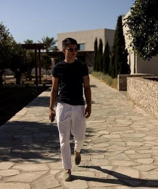 Comment porter un t-shirt à col rond noir: Essaie de marier un t-shirt à col rond noir avec un pantalon chino blanc pour une tenue idéale le week-end. Cette tenue se complète parfaitement avec une paire de espadrilles en toile olive.