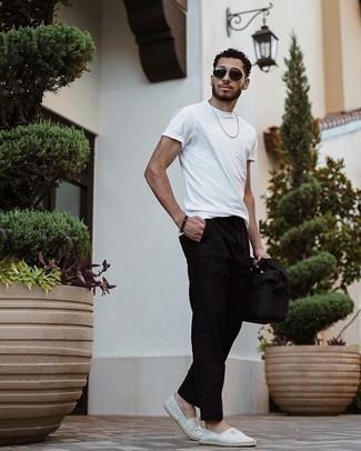 Tendances mode hommes: Harmonise un t-shirt à col rond blanc avec un pantalon chino noir pour un look de tous les jours facile à porter. Une paire de espadrilles en toile à rayures horizontales grises est une option parfait pour complèter cette tenue.