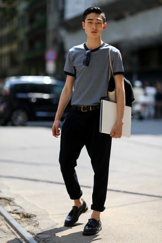 Comment porter: t-shirt à col rond imprimé bleu marine et blanc, pantalon chino noir, mocassins à pampilles en cuir noirs, ceinture en cuir noire