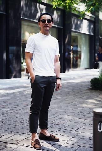 Comment porter un bonnet bleu marine: Associe un t-shirt à col rond blanc avec un bonnet bleu marine pour un look idéal le week-end. D'une humeur audacieuse? Complète ta tenue avec une paire de des mocassins à pampilles en daim marron.