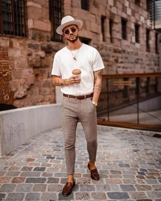 Comment porter une ceinture en cuir marron: Harmonise un t-shirt à col rond blanc avec une ceinture en cuir marron pour un look idéal le week-end. Rehausse cet ensemble avec une paire de mocassins à pampilles en cuir marron foncé.