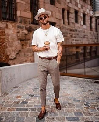 Comment porter des mocassins à pampilles en cuir marron foncé: Associe un t-shirt à col rond blanc avec un pantalon chino à carreaux marron pour un look de tous les jours facile à porter. D'une humeur audacieuse? Complète ta tenue avec une paire de mocassins à pampilles en cuir marron foncé.