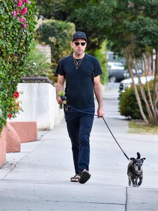 Comment porter: t-shirt à col rond noir, pantalon chino bleu marine, sandales en cuir noires, casquette de base-ball noire