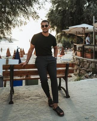 Comment porter: t-shirt à col rond noir, pantalon chino noir, sandales en cuir noires, lunettes de soleil noires