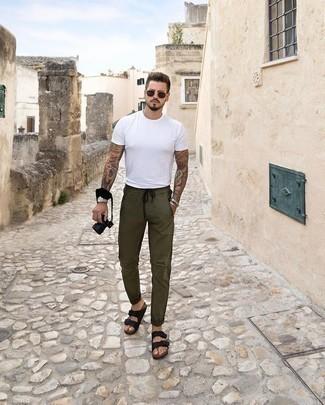 Comment porter un pantalon chino olive: Associe un t-shirt à col rond blanc avec un pantalon chino olive pour une tenue idéale le week-end. Pour les chaussures, fais un choix décontracté avec une paire de des sandales en cuir noires.