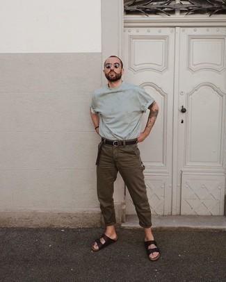Comment porter des sandales: Pense à harmoniser un t-shirt à col rond vert menthe avec un pantalon chino marron pour un look de tous les jours facile à porter. Tu veux y aller doucement avec les chaussures? Termine ce look avec une paire de des sandales pour la journée.