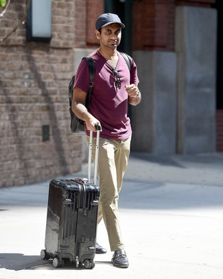 Comment porter: t-shirt à col rond pourpre, pantalon chino beige, slippers en cuir noirs, sac à dos noir