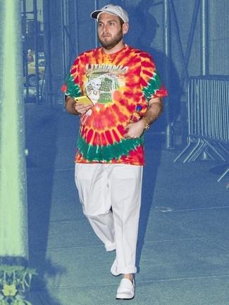 Comment porter: t-shirt à col rond imprimé tie-dye rouge, pantalon chino blanc, slippers en cuir blancs, casquette de base-ball blanche