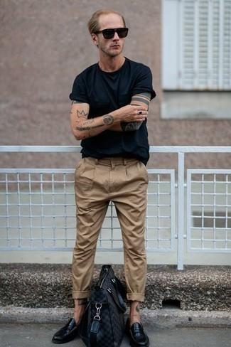 Comment porter un pantalon chino marron clair: Harmonise un t-shirt à col rond noir avec un pantalon chino marron clair pour une tenue idéale le week-end. Jouez la carte classique pour les chaussures et assortis cette tenue avec une paire de des slippers en cuir noirs.