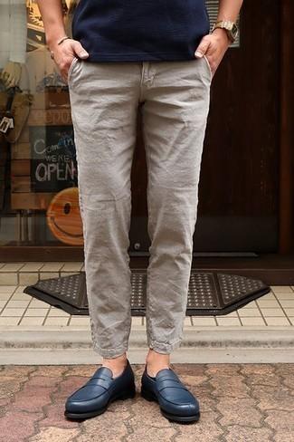 Comment porter un pantalon chino en lin beige: Pense à porter un t-shirt à col rond bleu marine et un pantalon chino en lin beige pour une tenue confortable aussi composée avec goût. D'une humeur créatrice? Assortis ta tenue avec une paire de des slippers en cuir bleu marine.