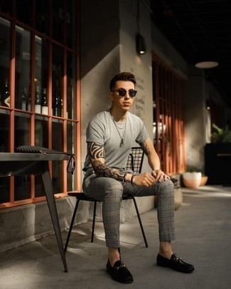 Comment porter des lunettes de soleil noires pour un style chic decontractés: Harmonise un t-shirt à col rond gris avec des lunettes de soleil noires pour un look confortable et décontracté. Complète cet ensemble avec une paire de des slippers en cuir noirs pour afficher ton expertise vestimentaire.