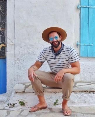 Comment porter un chapeau en laine marron clair: Associe un t-shirt à col rond à rayures horizontales blanc et bleu marine avec un chapeau en laine marron clair pour une tenue relax mais stylée. Une paire de des tongs en cuir marron clair apporte une touche de décontraction à l'ensemble.