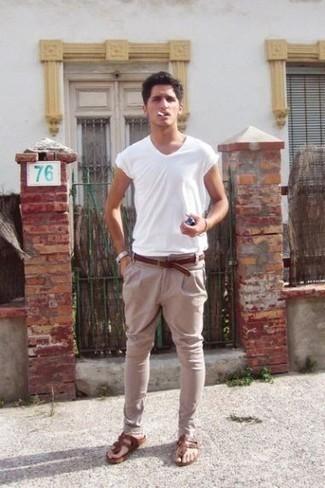 Comment porter des tongs marron: Choisis un t-shirt à col rond blanc et un pantalon chino marron clair pour un look de tous les jours facile à porter. Tu veux y aller doucement avec les chaussures? Opte pour une paire de des tongs marron pour la journée.