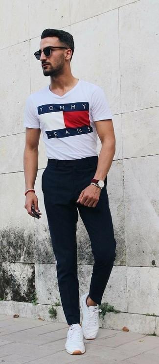 Comment porter: t-shirt à col rond imprimé blanc, pantalon de costume noir, baskets basses en cuir blanches, lunettes de soleil noires