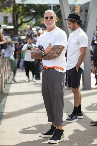 Tenue de Nick Wooster: T-shirt à col rond blanc, Pantalon de costume en lin gris, Baskets montantes en cuir noires, Ceinture en cuir orange