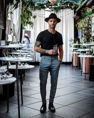Comment porter: t-shirt à col rond noir, pantalon de costume écossais gris, bottines chelsea en cuir noires, chapeau en laine noir