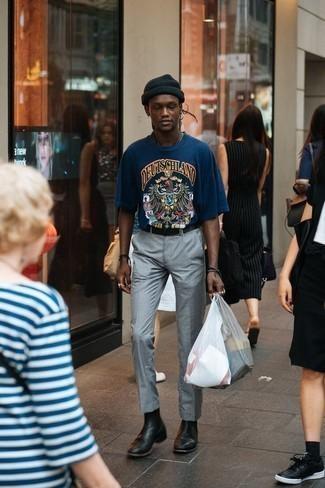 Tendances mode hommes: Choisis un t-shirt à col rond imprimé bleu marine et un pantalon de costume gris si tu recherches un look stylé et soigné. Ajoute une paire de des bottines chelsea en cuir noires à ton look pour une amélioration instantanée de ton style.
