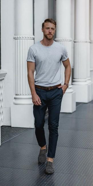 Pense à associer un t-shirt à col rond gris avec un pantalon de costume noir pour achever un look habillé mais pas trop. Cette tenue est parfait avec une paire de des chaussures derby en daim grises foncées.