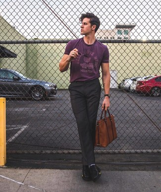 Comment porter: t-shirt à col rond imprimé pourpre, pantalon de costume noir, chaussures derby en cuir noires, serviette en cuir marron