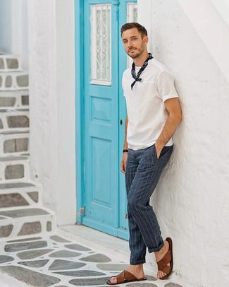 Comment porter: t-shirt à col rond blanc, pantalon de costume à rayures verticales bleu marine, sandales en cuir marron, bandana bleu marine