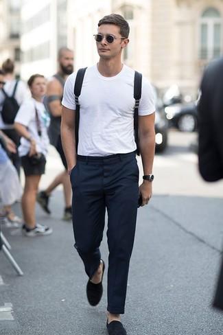 Comment porter: t-shirt à col rond blanc, pantalon de costume noir, slippers en daim noirs, sac à dos en toile noir