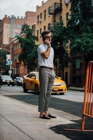Comment porter des slippers en cuir noirs après 40 ans: Pense à porter un t-shirt à col rond blanc et un pantalon de costume gris pour achever un look habillé mais pas trop. Transforme-toi en bête de mode et fais d'une paire de des slippers en cuir noirs ton choix de souliers.