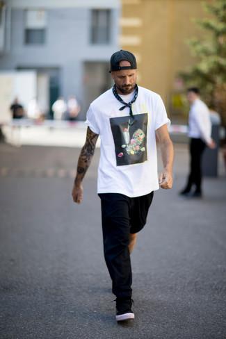 Comment porter: t-shirt à col rond imprimé blanc et noir, pantalon de jogging noir, baskets basses noires, casquette de base-ball noire