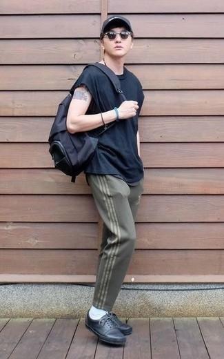 Comment porter une casquette de base-ball imprimée noire et blanche: Marie un t-shirt à col rond bleu marine avec une casquette de base-ball imprimée noire et blanche pour un look confortable et décontracté. Apportez une touche d'élégance à votre tenue avec une paire de des baskets basses en cuir noires.