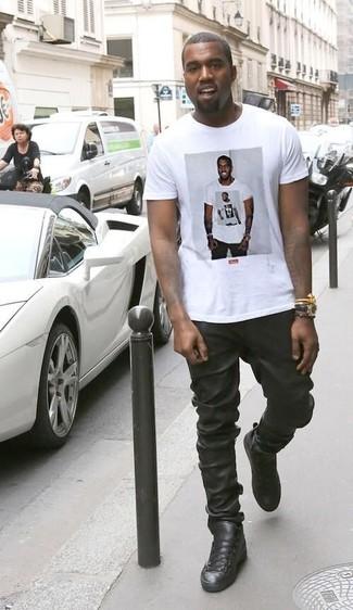 Tenue de Kanye West: T-shirt à col rond imprimé blanc, Pantalon de jogging en cuir noir, Baskets montantes en cuir noires, Montre en cuir noire