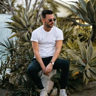 Comment porter: t-shirt à col rond blanc, pantalon de jogging noir, baskets montantes en toile blanches, lunettes de soleil noires