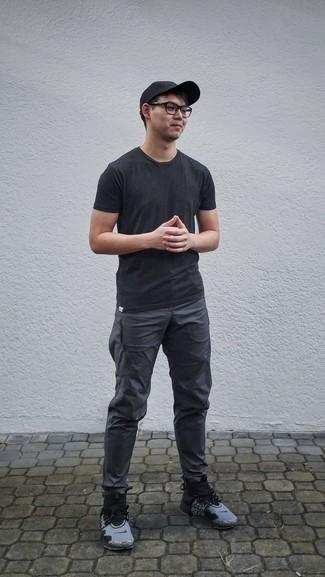 Comment porter une casquette de base-ball noire: Pense à harmoniser un t-shirt à col rond noir avec une casquette de base-ball noire pour un look confortable et décontracté. Termine ce look avec une paire de des chaussures de sport grises pour afficher ton expertise vestimentaire.