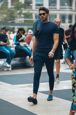Comment porter: t-shirt à col rond bleu marine, pantalon de jogging bleu marine, mocassins à pampilles en cuir bleu marine, lunettes de soleil noires