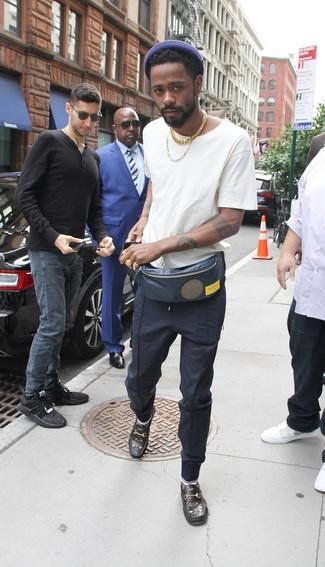 Comment porter: t-shirt à col rond blanc, pantalon de jogging bleu marine, slippers en cuir brodés noirs, sac banane bleu marine