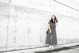 Comment porter: t-shirt à col rond à carreaux noir et blanc, pantalon large à carreaux noir et blanc, baskets à enfiler blanches, sac bandoulière en cuir noir
