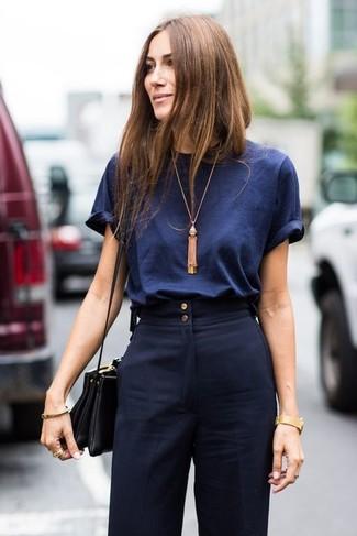 Comment porter: t-shirt à col rond bleu marine, pantalon large bleu marine, sac bandoulière en cuir noir, pendentif doré
