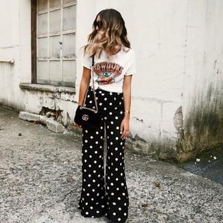 Comment porter: t-shirt à col rond imprimé blanc, pantalon large á pois noir et blanc, sac bandoulière en daim noir, lunettes de soleil noires